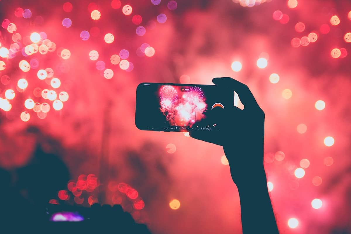 tirando uma foto de fogo de artifício
