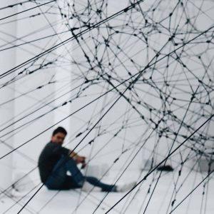 homem sentado sob rede