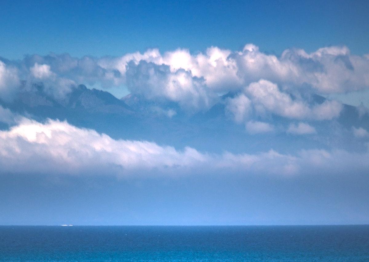 Nuvens à distância sobre o mar